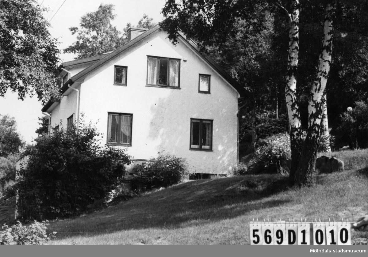 Byggnadsinventering i Lindome 1968. Berget 1:25. Hus nr: 569D1010. Benämning: permanent bostad. Kvalitet: god. Material: sten, puts. Tillfartsväg: framkomlig. Renhållning: soptömning.