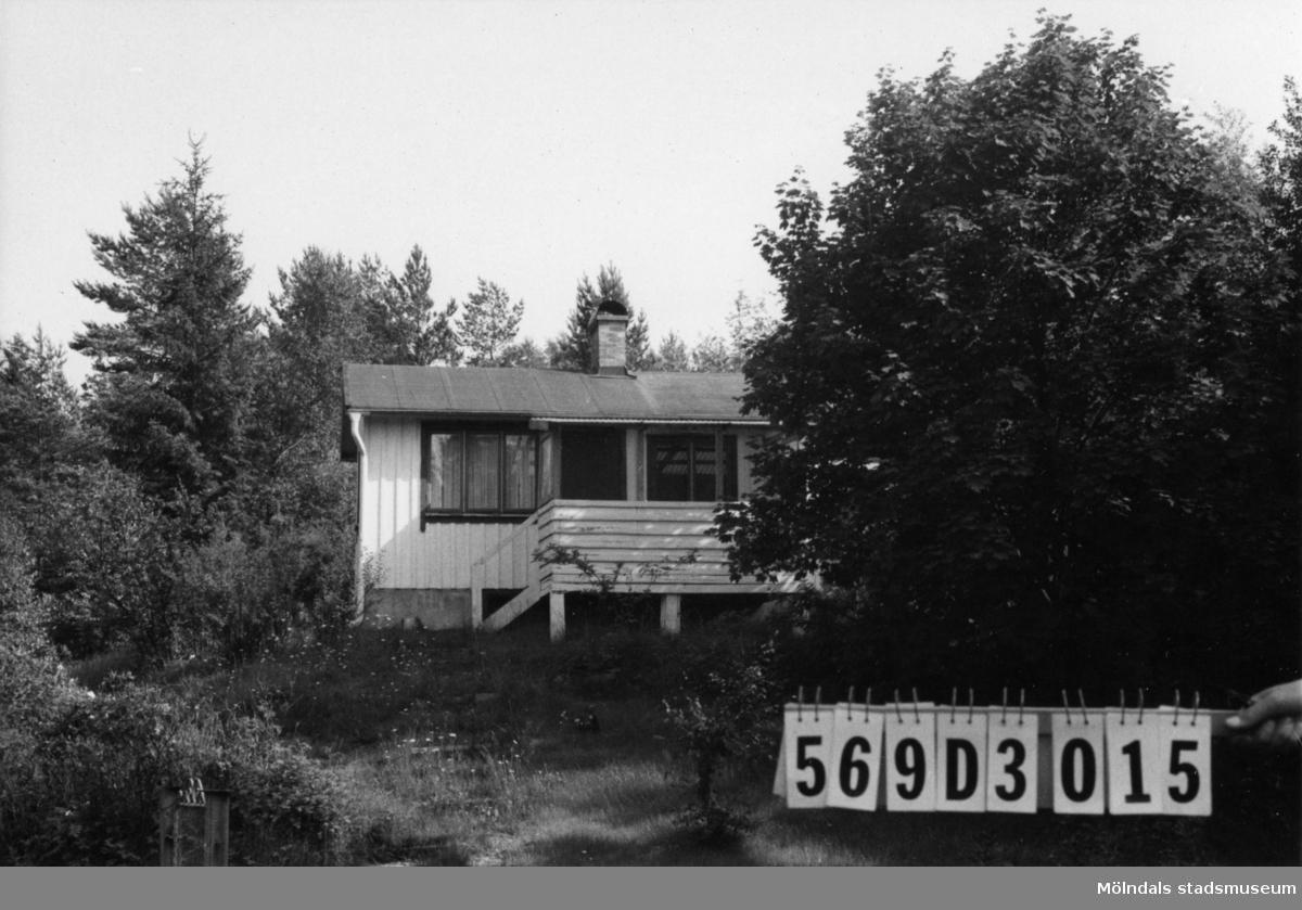Byggnadsinventering i Lindome 1968. Gårda 2:53. Hus nr: 569D3015. Benämning: fritidshus och redskapsbod. Kvalitet, fritidshus: god. Kvalitet, redskapsbod: dålig. Material: trä. Tillfartsväg: framkomlig. Renhållning: soptömning.