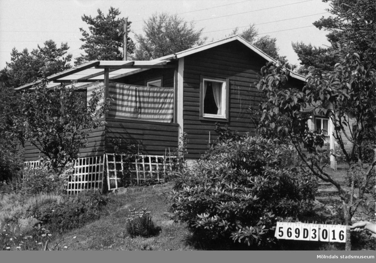 Byggnadsinventering i Lindome 1968. Gårda 2:68. Hus nr: 569D3016. Benämning: fritidshus och redskapsbod. Kvalitet, fritidshus: god. Kvalitet, redskapsbod: dålig. Material: trä. Tillfartsväg: framkomlig. Renhållning: soptömning.