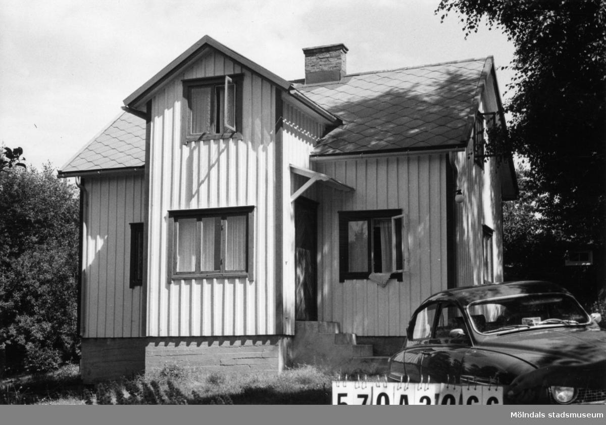 Byggnadsinventering i Lindome 1968. Gastorp 1:32. Hus nr: 570A2066. Benämning: fritidshus och redskapsbod. Kvalitet: god. Material: trä. Tillfartsväg: framkomlig.