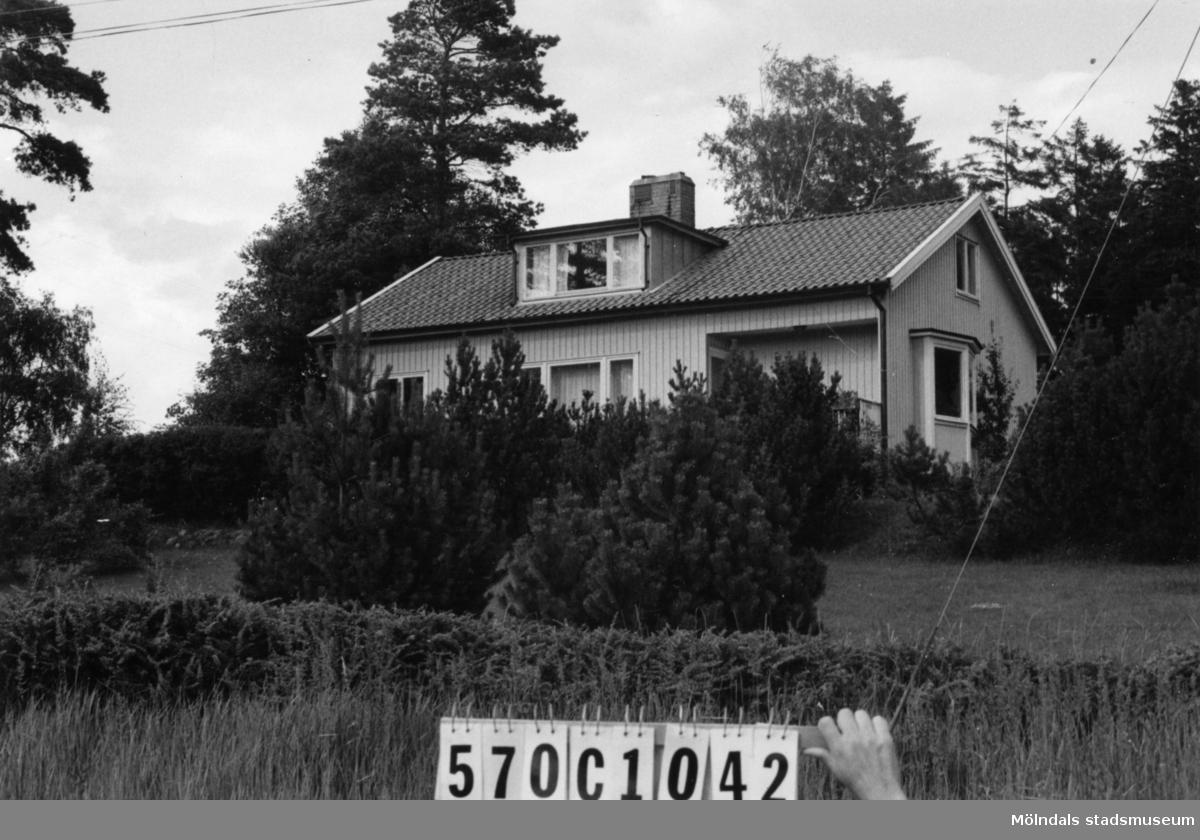 Byggnadsinventering i Lindome 1968. Annestorp 3:18. Hus nr: 570C1042. Benämning: permanent bostad. Kvalitet: mycket god. Material: trä. Tillfartsväg: framkomlig. Renhållning: soptömning.
