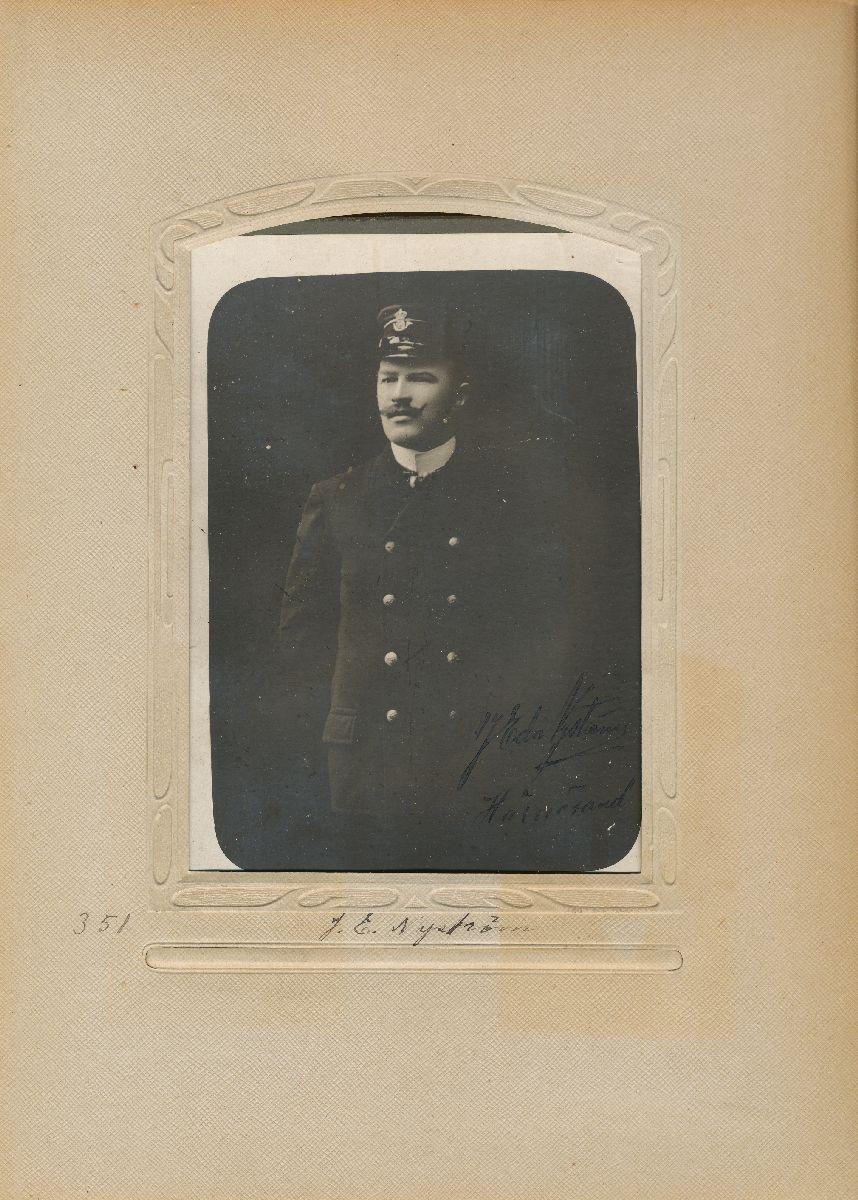 Porträtt av Johan Edvard Nyström, postvaktmästare i Härnösand 1906.
