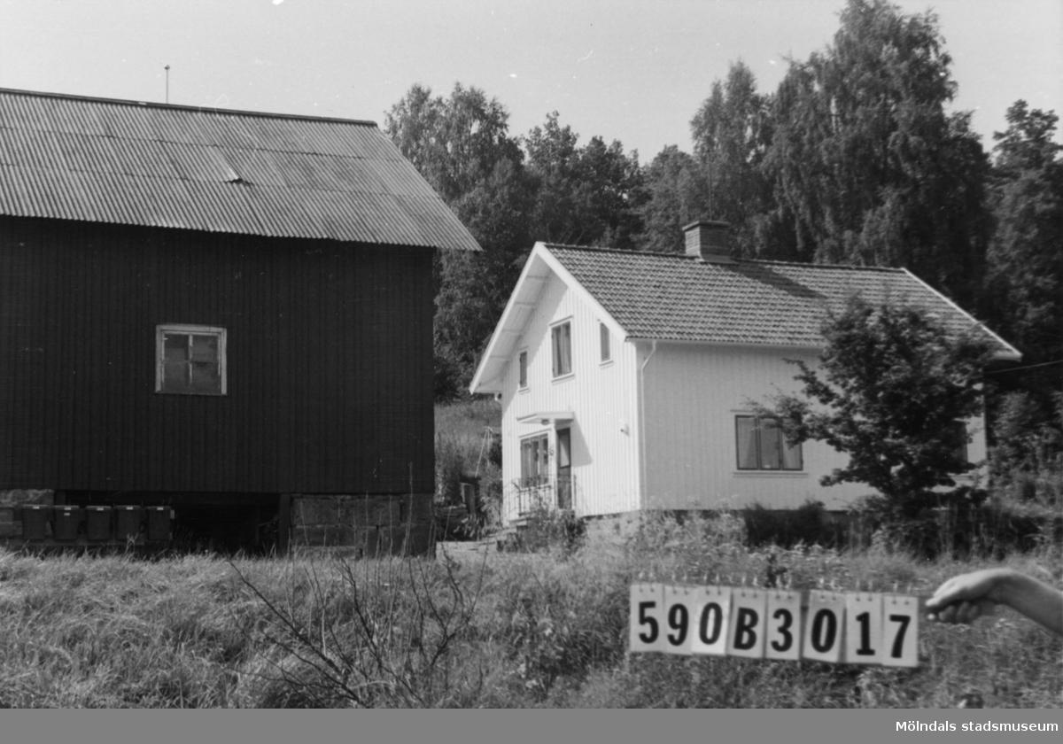Byggnadsinventering i Lindome 1968. Hällesåker 3:14. Hus nr: 590B3017. Benämning: permanent bostad och ladugård. Kvalitet, bostadshus: mycket god. Kvalitet, ladugård: god. Material: trä. Övrigt: skjul rivet. Tillfartsväg: framkomlig. Renhållning: soptömning.