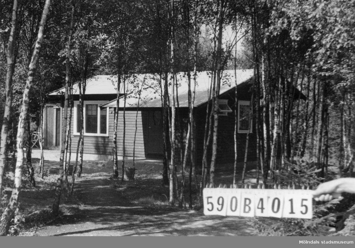 Byggnadsinventering i Lindome 1968. Hassungared 5:7. Hus nr: 590B4015. Finns ej på kartan. Benämning: fritidshus och redskapsbod. Kvalitet, bostadshus: mycket god. Kvalitet, redskapsbod: mindre god. Material: trä. Övrigt: ej inflyttade. Tillfartsväg: framkomlig.