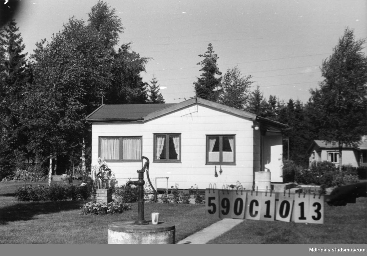 Byggnadsinventering i Lindome 1968. Hällesåker 3:52. Hus nr: 590C1013. Benämning: fritidshus och gäststuga. Kvalitet: god. Material: trä. Tillfartsväg: framkomlig. Renhållning: soptömning.