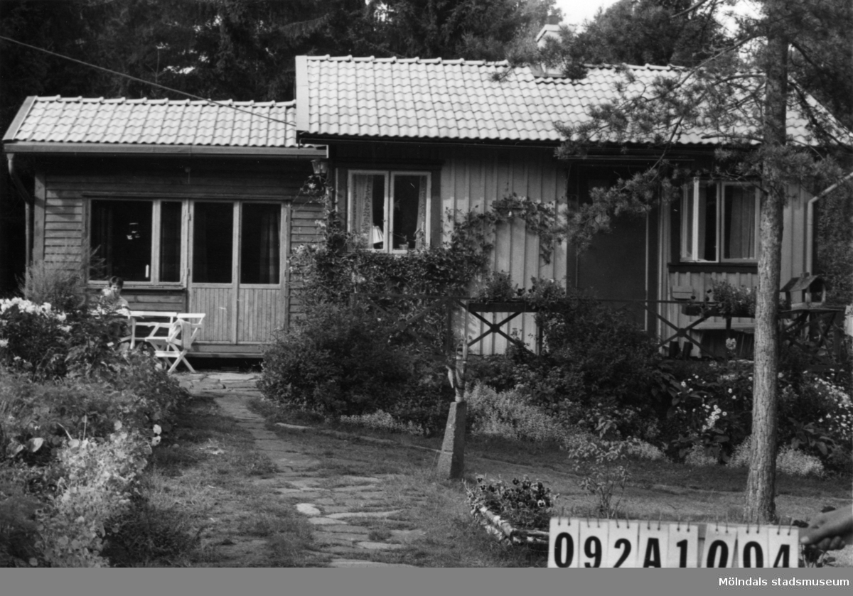 Byggnadsinventering i Lindome 1968. Greggered 1:37. Hus nr: 092A1004. Benämning: fritidshus och redskapsbod. Kvalitet, bostadshus: god. Kvalitet, redskapsbod: mindre god. Material: trä. Tillfartsväg: framkomlig. Renhållning: soptömning.