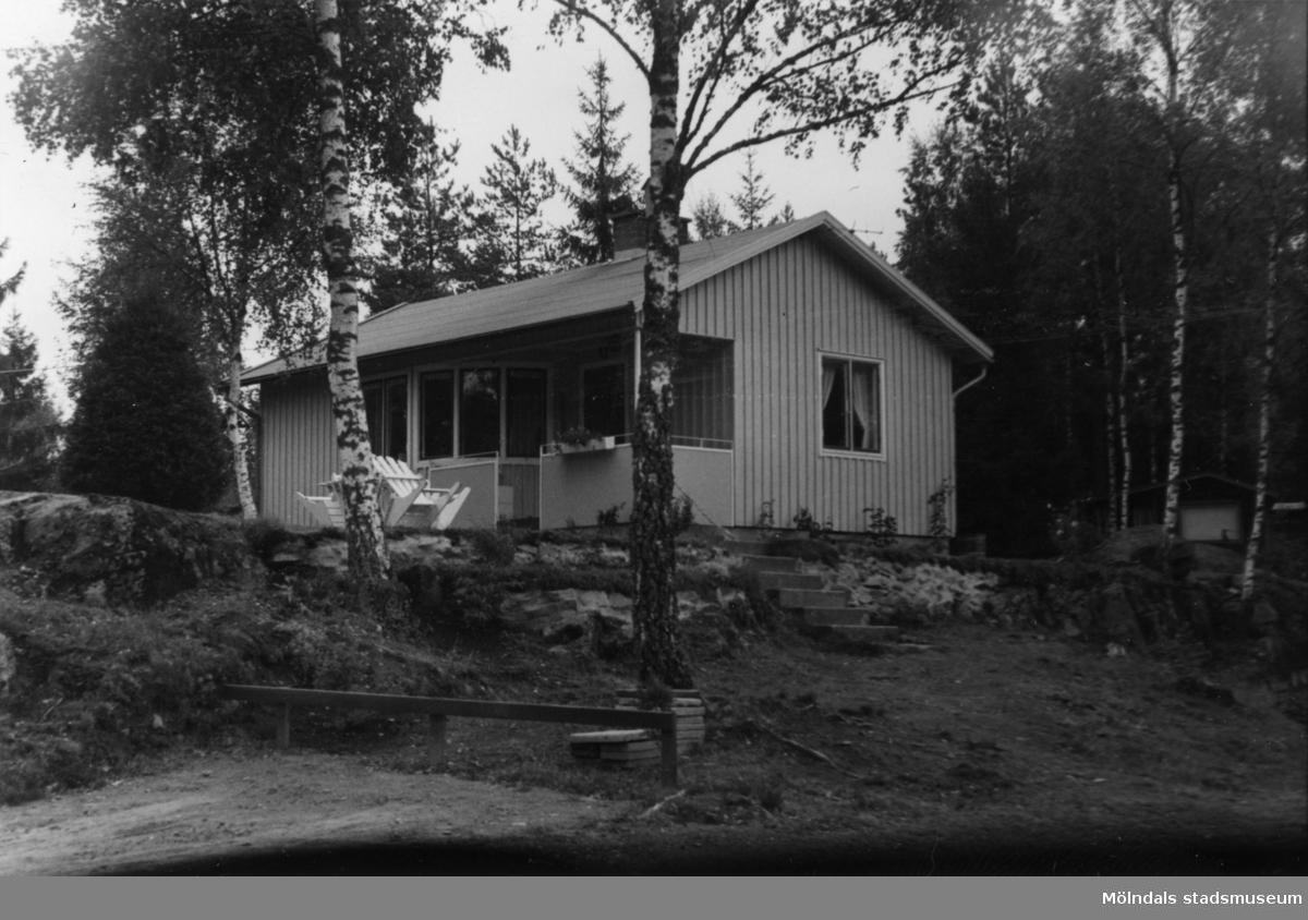 Byggnadsinventering i Lindome 1968. Strekered 1:19. Hus nr: 600C2003. Benämning: fritidshus. Kvalitet: god. Material: trä. Tillfartsväg: framkomlig. Renhållning: soptömning.