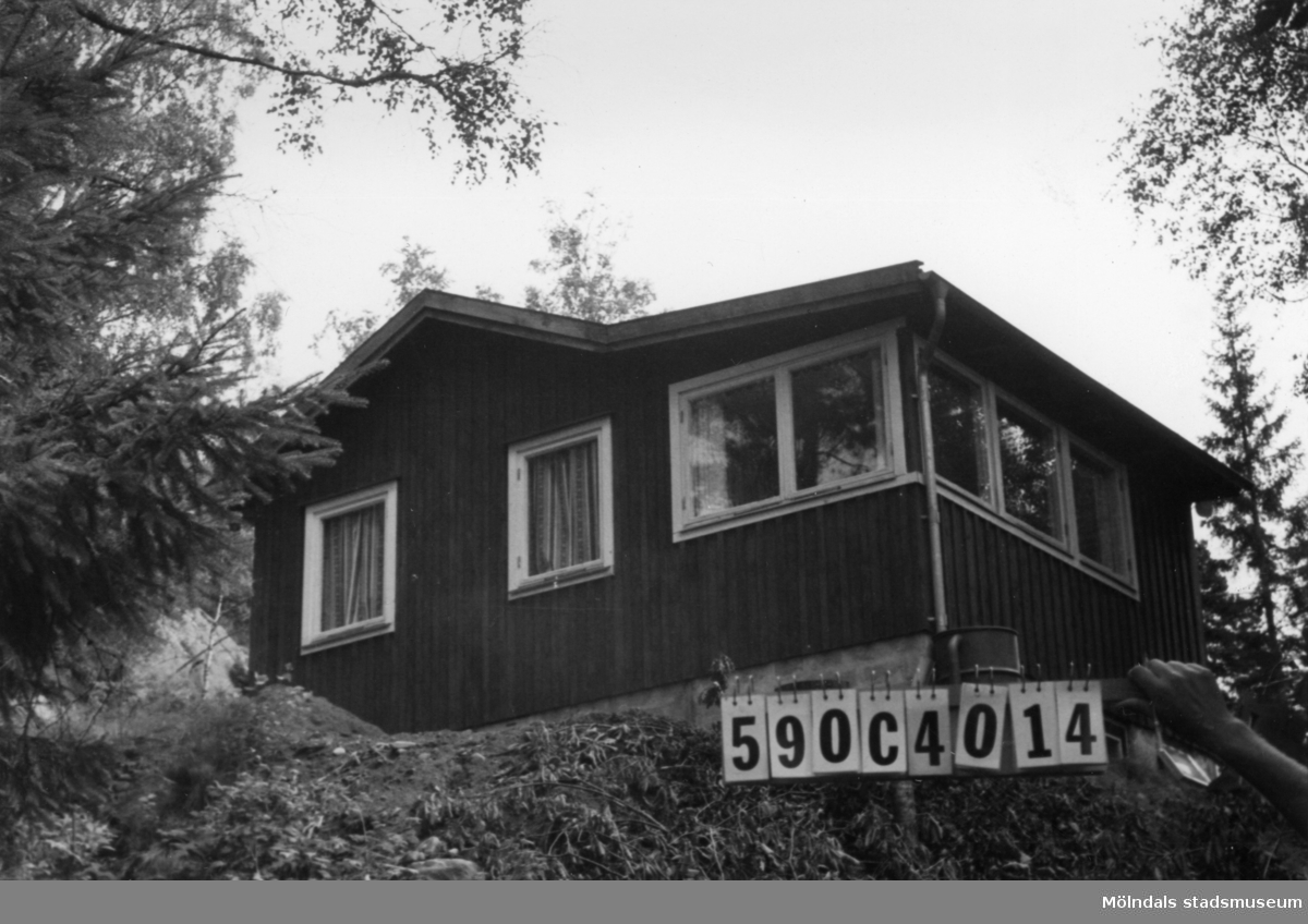 Byggnadsinventering i Lindome 1968. Torvmossared 1:35. Hus nr: 590C4014. Benämning: fritidshus. Kvalitet: god. Material: trä. Tillfartsväg: framkomlig.