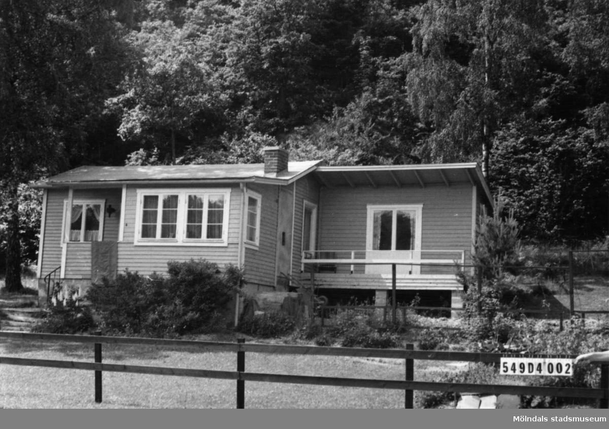 Byggnadsinventering i Lindome 1968. Hällesås 1:46. Hus nr: 549D4002. Benämning: fritidshus och lekstuga. Kvalitet: god. Material: trä. Tillfartsväg: framkomlig.