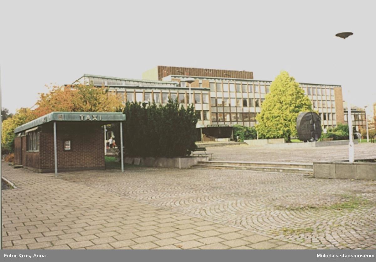 Mölndals stadshus - entréfasad med taxistation till vänster.