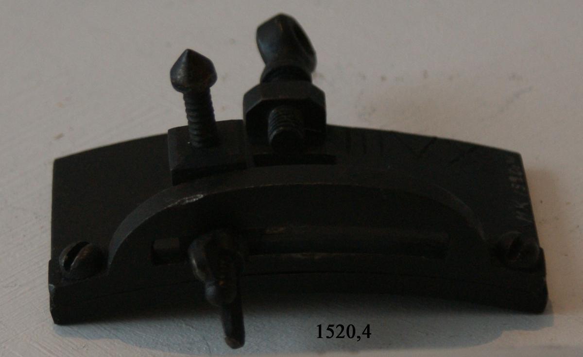 Förlikning, sikthorn, av järn, till kanoner. 4 stycken. Sikthornen sitter fast till en fästplatta, som skruvas fast till en tapp på kanonen.