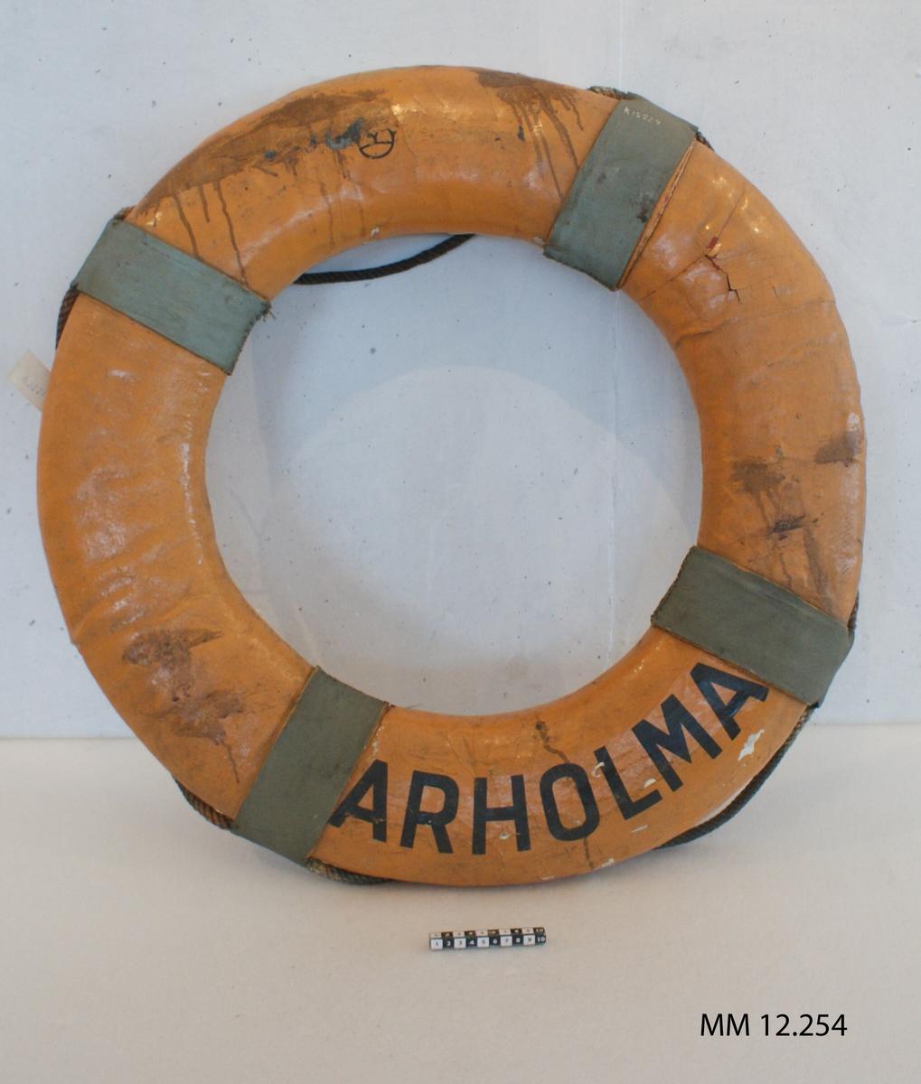 Frälsarkrans, livboj av väv och kork, gulmålad. Märkt i svart: Arholma.
