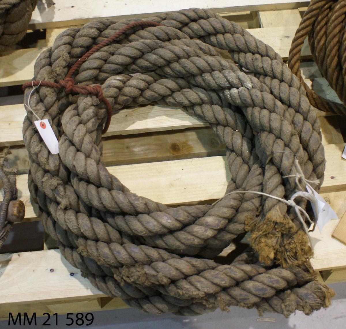 Kabel ligger i lindad längd, kabelslagen. Längden uppskattad till 6,4 meter.