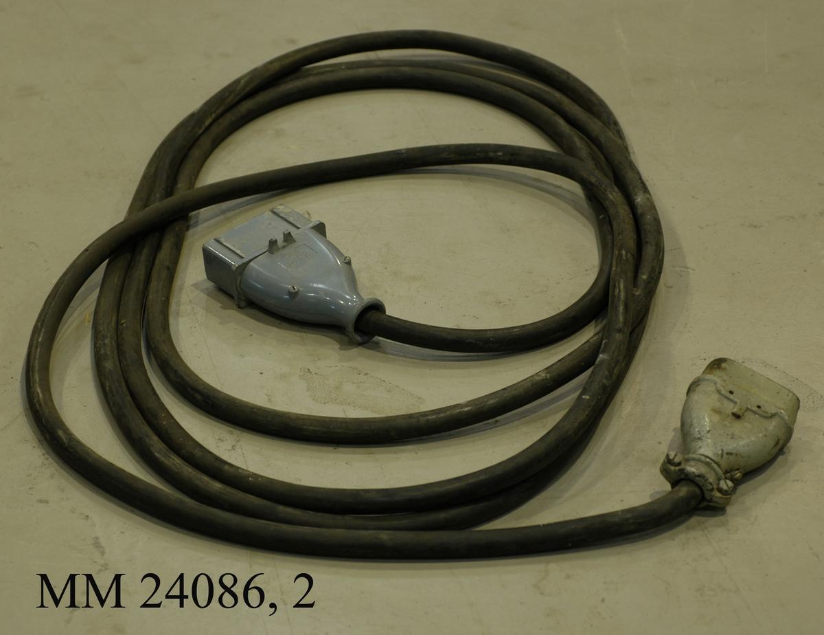 """Elkabel till mobilt svetsaggregat. Elkabeln är 9,7 meter lång. Kabeln är på ena anlsutningsdosan märkt """"GEA MP460 63A 500V""""."""