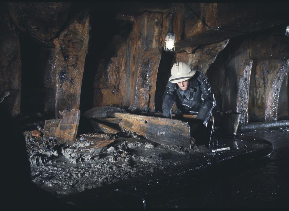 Fartyg: VASA                            Byggår: 1626-1628 Övrigt: 1961-05-01 - 09 Arkeolog Jonas Ferenius, gräver fram fynd vid utgrävningen.