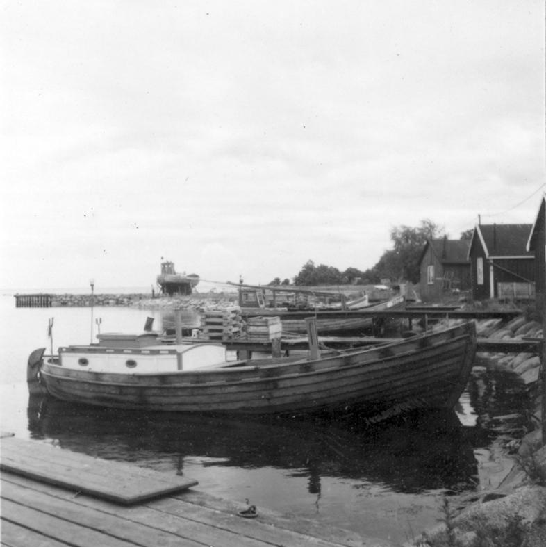 Småland, Kalmar. Stensö. Båtar, bryggor och sjlöbodar i fiskeläget.