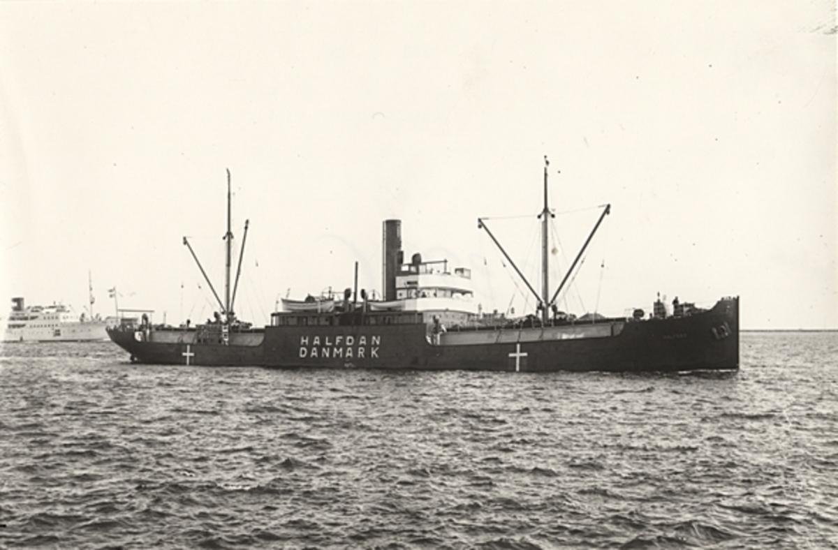 """Foto i svartvitt visande lastångfartyget """"HALFDAN"""" av Köpenhamn i Köpenhamn under andra världskriget."""