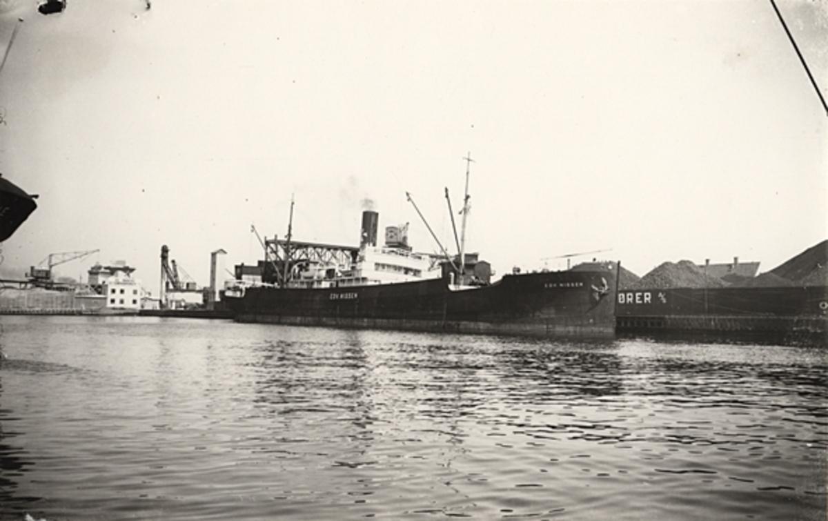 """Foto i svartvitt visande lastångfaryget """"EDV. NISSEN"""" av Köpenhamn vid kaj i Köpenhamn under 1930-talet."""