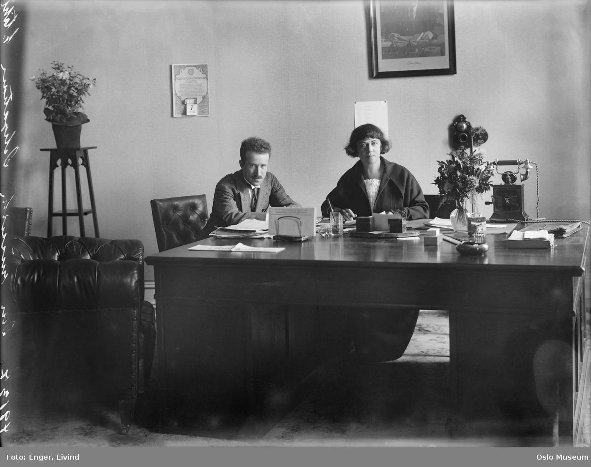 Den russiske legasjon, interiør, kontor, mann, kvinne, personale