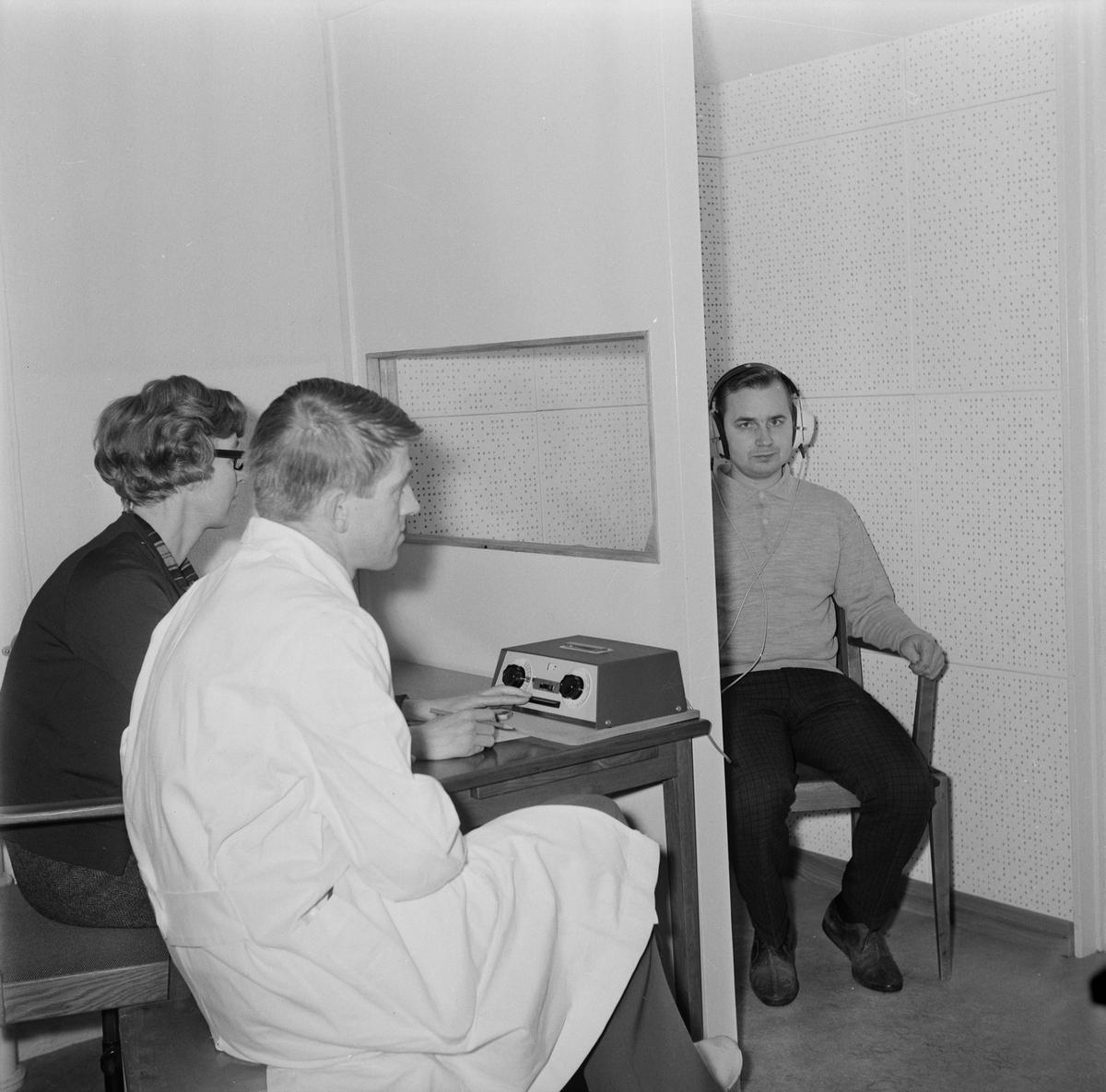 Företagsläkaren Mats Holmer och audiometris Karen Grönberg studerar Sture Nybergs hörselkurva