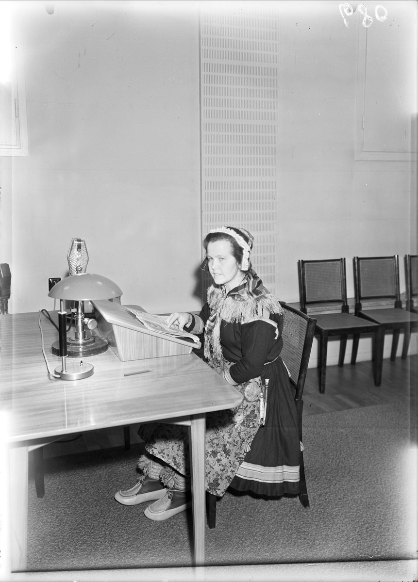 Samisk kvinna i studion hos Uppsala rundradiostation, Universitetshuset, Uppsala 1948