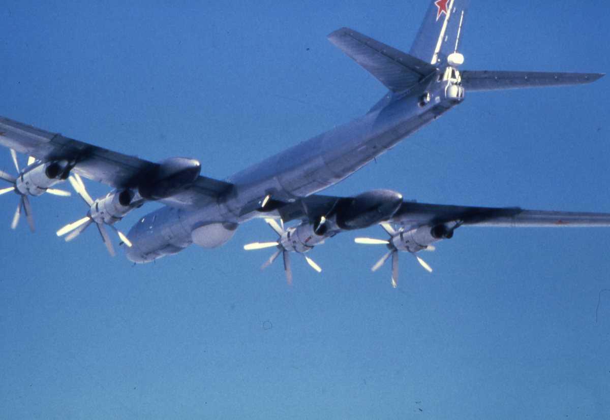 Russisk fly av typen Bear F Modifisert 3. Flyet har luken åpen og har nettopp droppet bøyer.