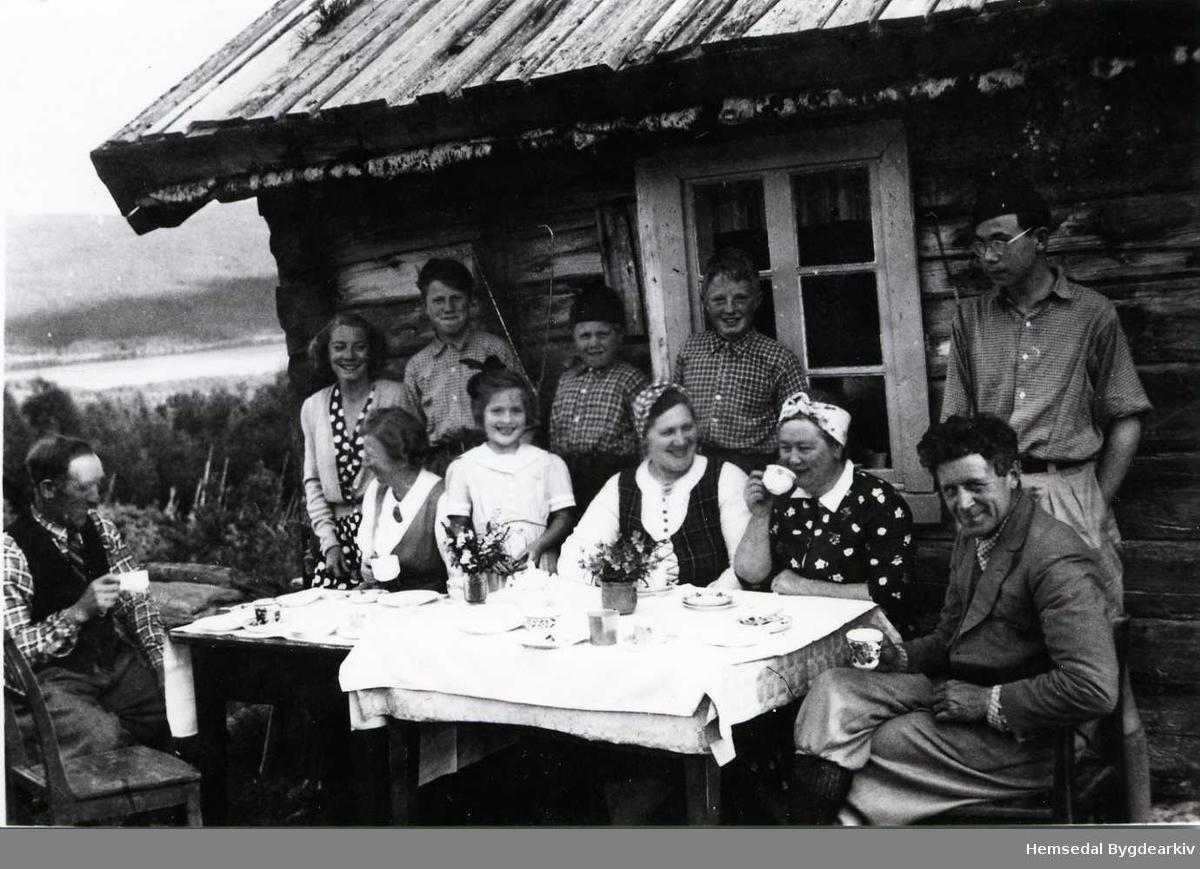 Fremst frå venstre: Embrik Grøthe; Ukjend; Ukjend; Margit Mythe, Mari Grøthe og Halvor Mythe Bak frå venstre: Ukjend; Knut Mythe; Arne Mythe; Ukjend. Biletet er teke sumaren 1950.