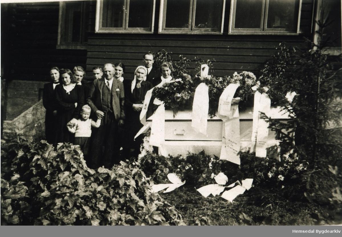 Frå gravferda til Herbrand Grøthe i Hemsedal i 1946. Frå venstre systrene Birgit og Signe Grøthe; Ingrid S. Grøthe, Jørgen Edna, Sjugurd og Kari Grøthe, far og mort til Herbrand; Per Berennhovd og Margit S. Grøthe.