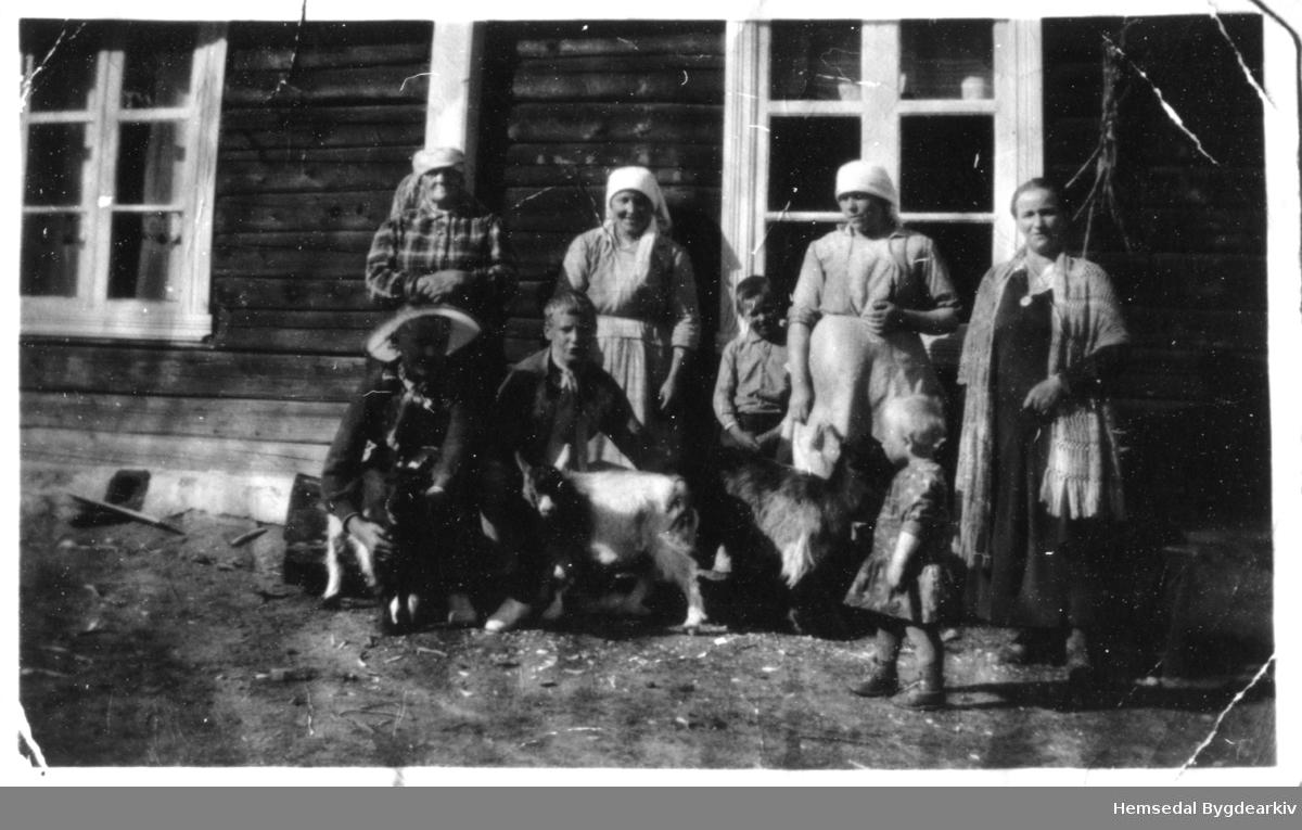 Bakstedag på søre Vøllo i Hemsedal i 1934. Frå venstre: Gamle-Berga; Kari Brandvold; Oline Wøllo: Maria Berg. Fremst frå venstre: Wilhelm Brandvold; Jorunn Berge, gift Gomnes; Margit Wøllo.
