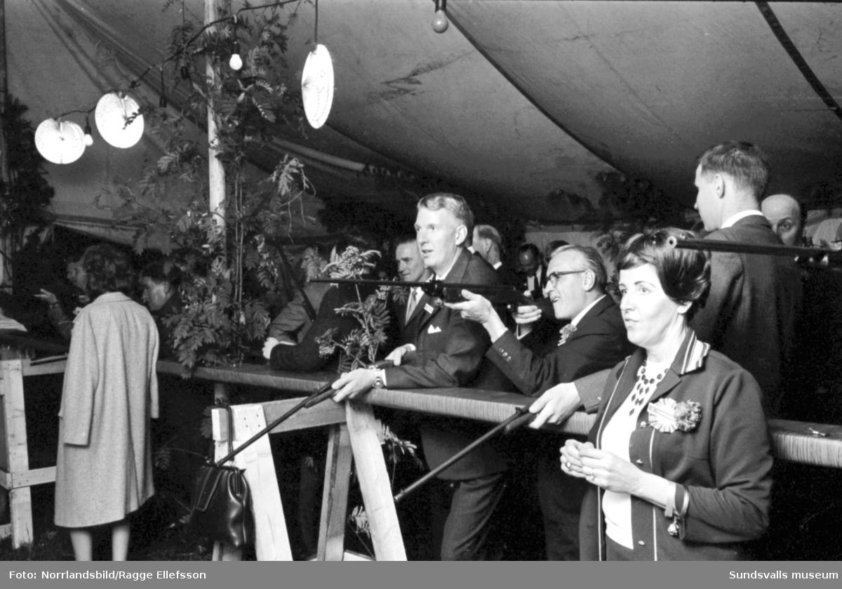 100-årsjubilerande Söderberg&Haak bjöd på stor festmiddag på Vindhem med underhållning av Lasse Lönndahl, Lill Lindfors och Bengt Hallbergs trio.