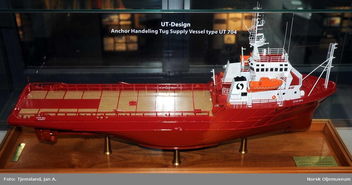 """Modell av forsyningsfartøyet """"Stad Sea"""" montert i glassmonter."""