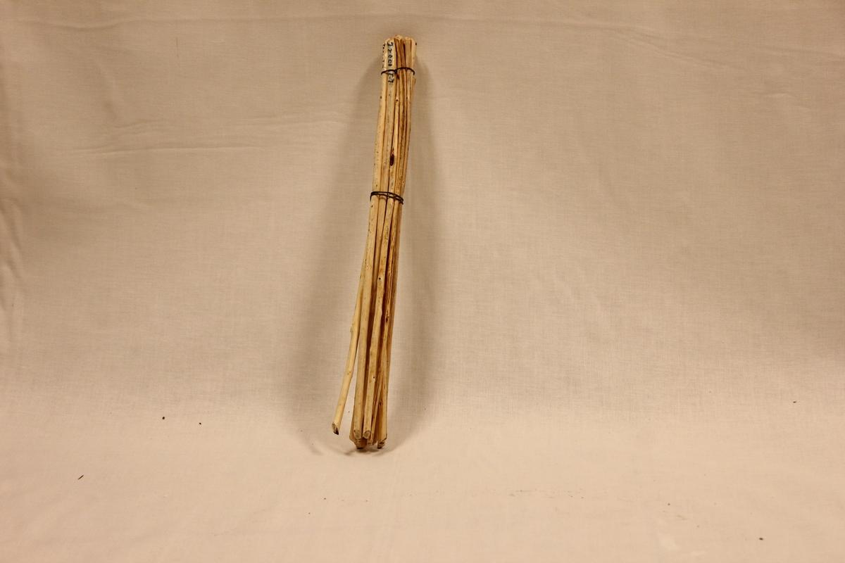 Alle tre deler laget av tre. Tvorene er laget av tre og har ingen farge. Den ene (A) er lengre og større enn den andre (B). B er litt defekt i skaftet. Et langt treskaft med fem sprikende tretinner i bunnen. Den minste har også to brukkede tretinner. Tvoren ble brukt til å røre i jerngryten med når en laget graut og gome. Trevispen (C) er laget av tre. 14 små trepinner bundet sammen av to metalltråder. Denne bunten av trepinner ble så brukt som visp. A: Lengde 44 cm, tinner: 6,3 cm B: Lengde 27 cm, tinner: 4,5 cm C: Lengde 31,5 cm