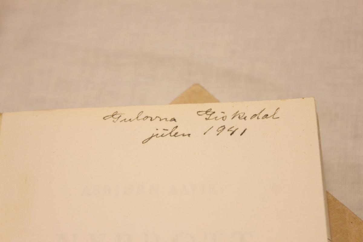 """Tittel """"NYBROTT"""".  Bok A: Gry Forlag. Johansen& Nielsen Boktrykkeri Oslo 1941. Inskripsjon: Gulovna Giskedal julen 1941. Så lå det også en håndskrevet sang eller vers i boka som er skrevet av """"Else Gunn Giskedal"""". Bok B: Gry Forlag. Johansen& Nielsen Boktrykkeri Oslo. 3 opplag 1945 Bok C: Gry Forlag. Johansen& Nielsen Boktrykkeri Oslo. 3 opplag 1942"""