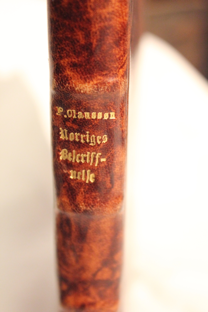 Betegnelse: Norriges og Omliggende Øers Sandfærdige Besciffuelse Innkjøpt fra Damms Antikvariat juni 1984. 21 personer står som givere av boken til museet.