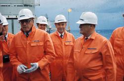 Kong Olav på Ekofiskbesøk, på dekk, Egil Berle forklarer for