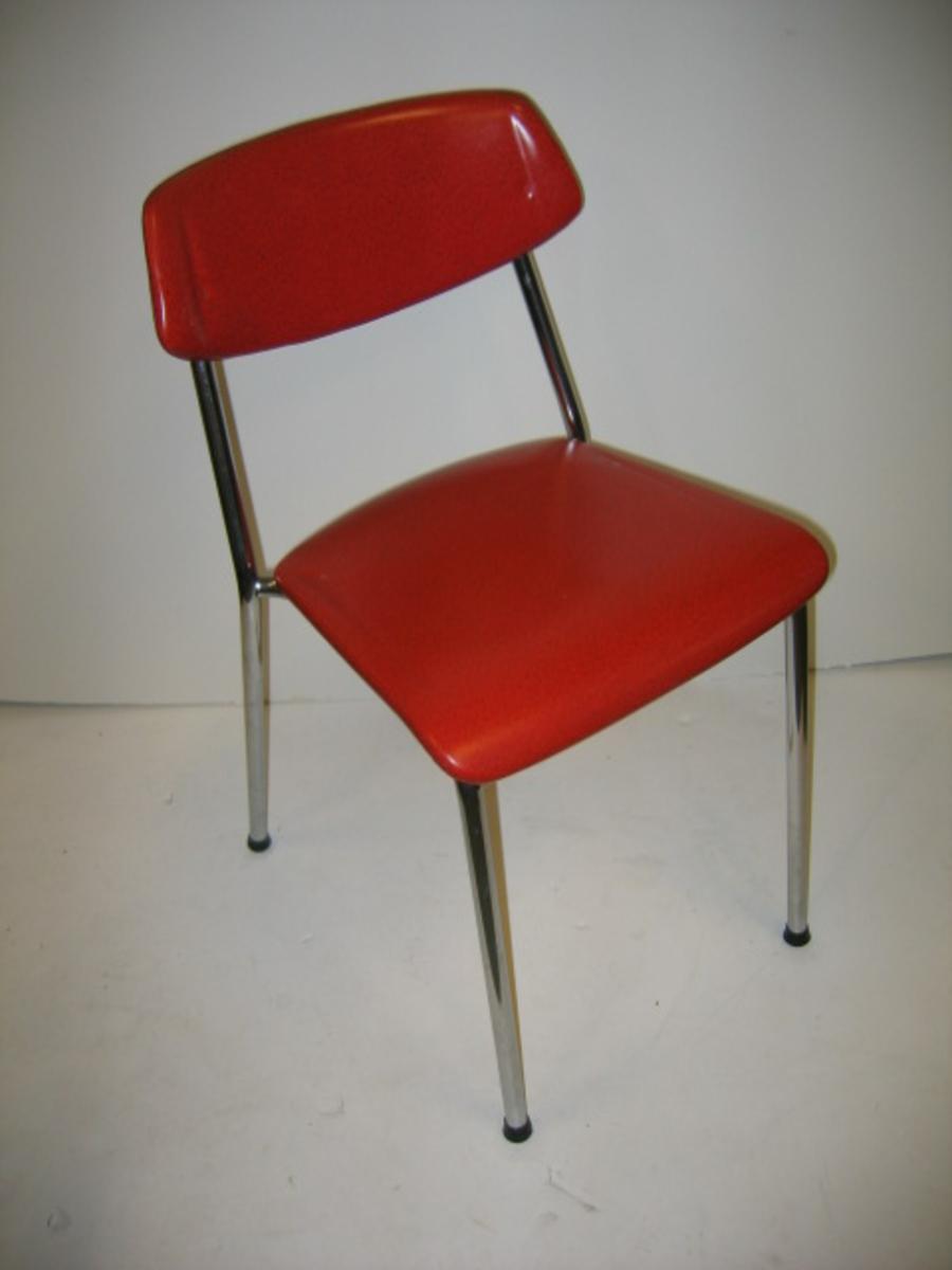 Form: Understell med bein og ryggstø av stål- 15: røyr. Polstra med skumgummi i sete og rygg. Plasttrekk