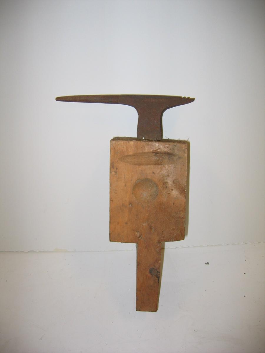 DHS.31455/ambolt er funnen i Glaværstova i samband med flytting frå Amla til Fjordmuseet. Historien til gjenstanden er ukjendt.  Ambolten har fått rustbehandling 26.01.2005