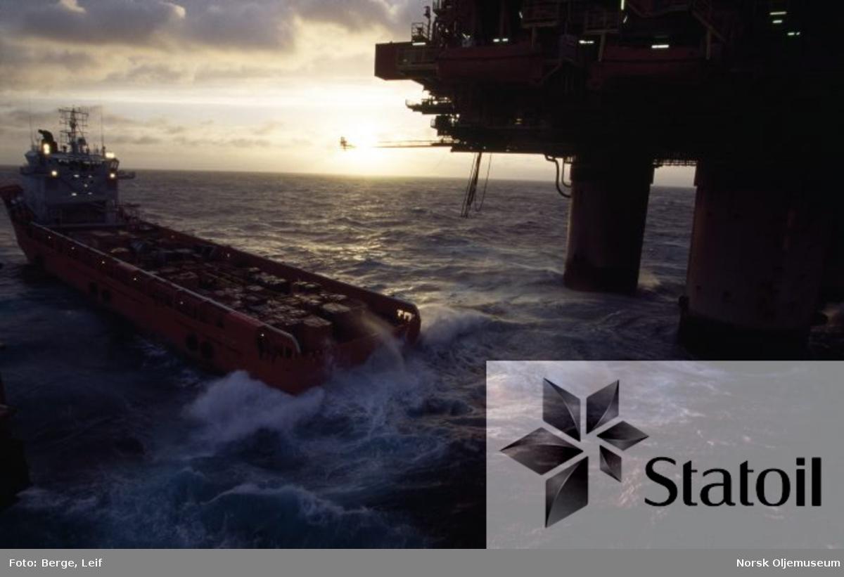 Forsyningsfartøy i aksjon ved Statfjord A.