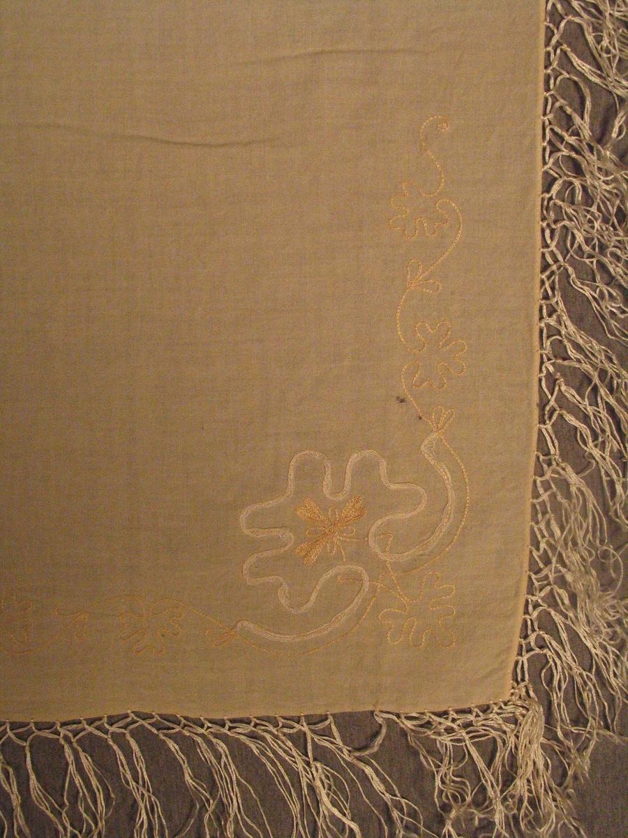 Firkanta med broderi i eine hjørnet, Iknytte silkefrynser som er delt og knytt saman annankvar 2,5 cm frå kanten.
