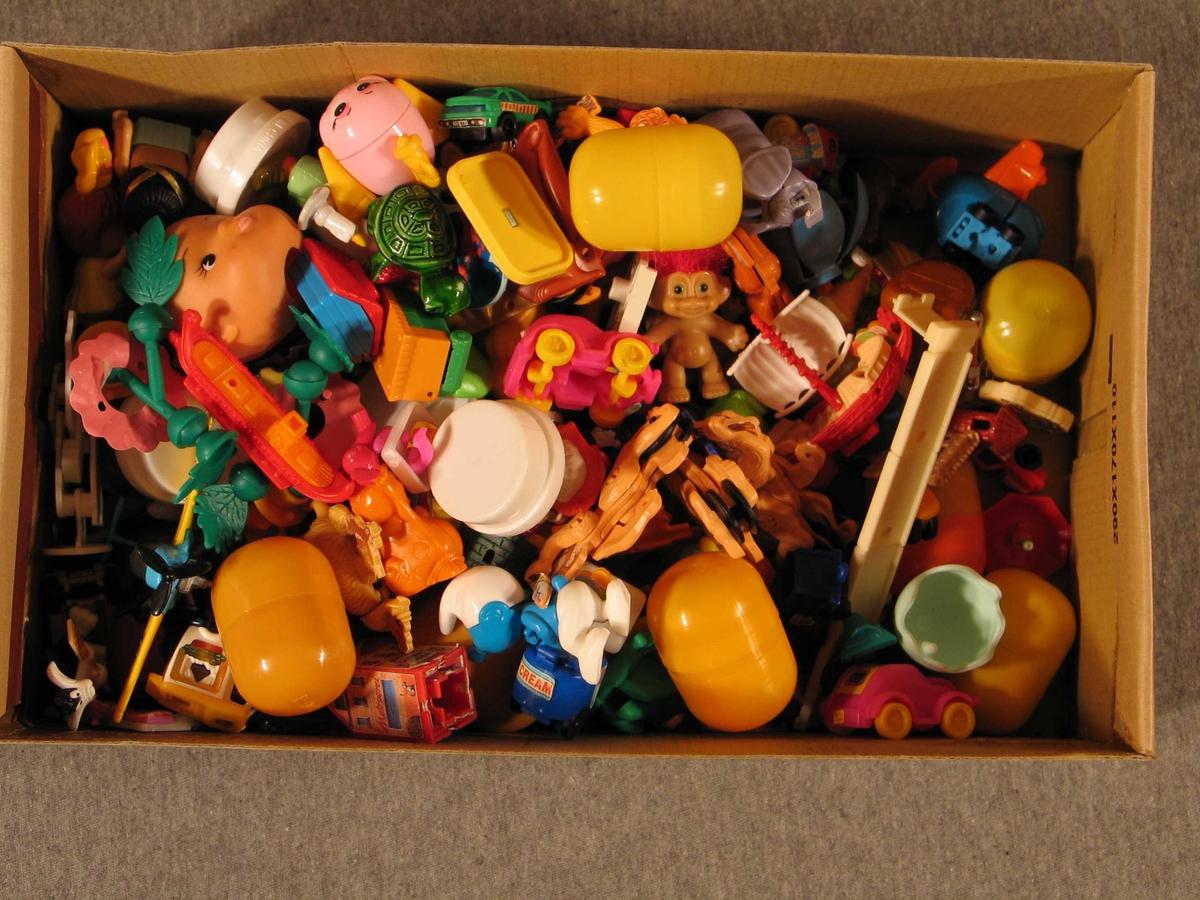 Figurar og gjenstandar i miniformat. Ulike fargar
