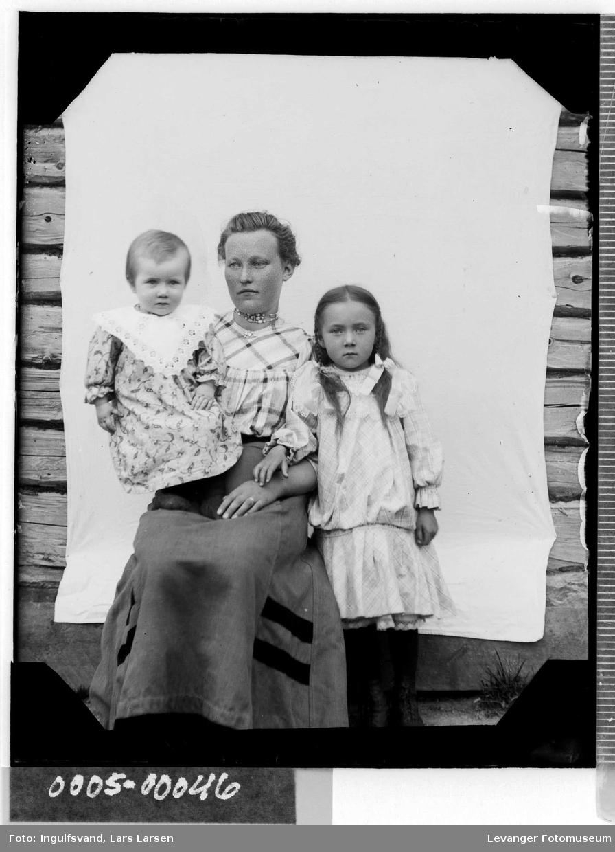 Gruppebilde av mor med barn.