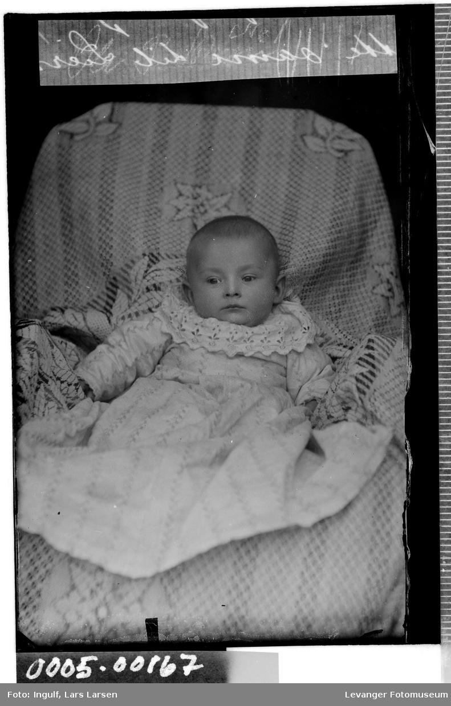 Portrett av spedbarn iført dåpskjole.