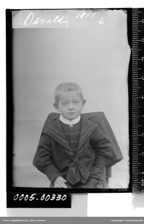 Portrett av gutt i matrosklær.