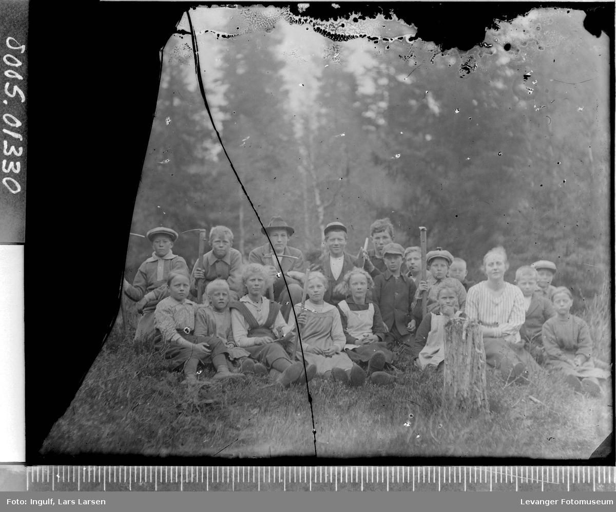 Gruppebilde av en skoleklasse utendørs.