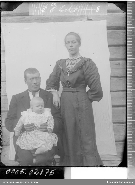 Gruppebilde av en mann, en kvinne og et barn.
