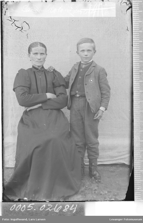 Portrett av kvinne og gutt.