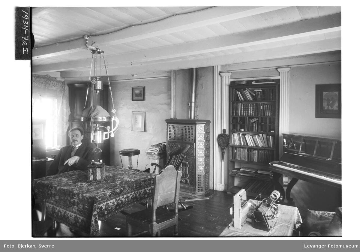 Pastor Jancke i en av stuene på Brusve Gård