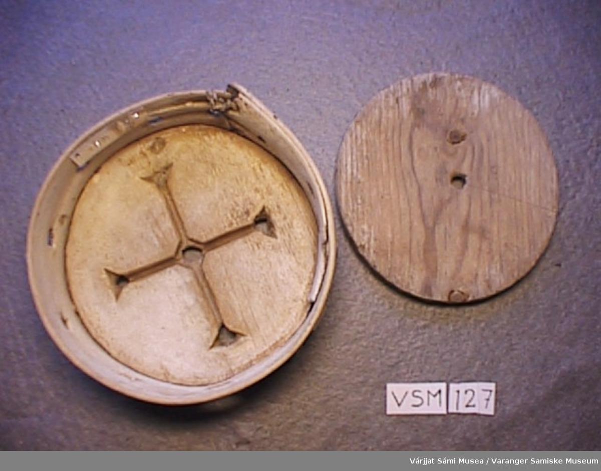 To osteformer av tre:  Form A: Den største formen har et enkelt mønster i bunnen med ett hull i midten og 4 trekantede hull. Formen og bunnen er festet sammen med sener. På selve formen er det 3 hull. Lokket har et hull i midten. Hele formen er lyst i treet. Mål: høyde 7,5 cm, tverrmål 17,5 cm. Lokkets tverrmål: 15,5 cm, tykkelse 2 cm.  Form B: Den lille formen har også et enkelt mønster i bunnen,- ett hull i midten og 4 trekantede hull. 10 hull på selve formen 4 klinker (doret) fast i formen, samt at den er festet med snøre en plass. Lokket har ett lite hull. Mål: tverrmål lokket 12,5 cm, formen 13,7 og høyde 5 cm.