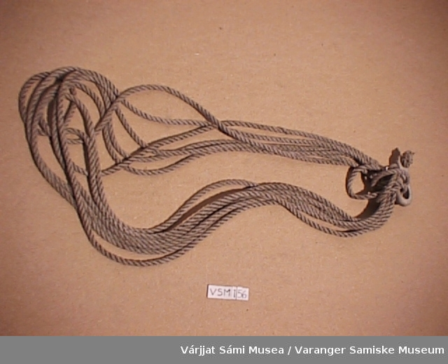 Lassoen er av tau og ringen av horn.