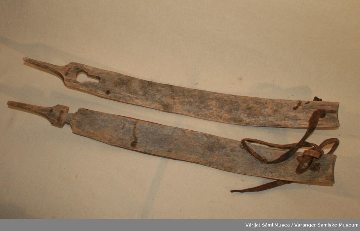 Kløvesal  av tre, består av to like lange buer, festet med en lærreim i begge ender.